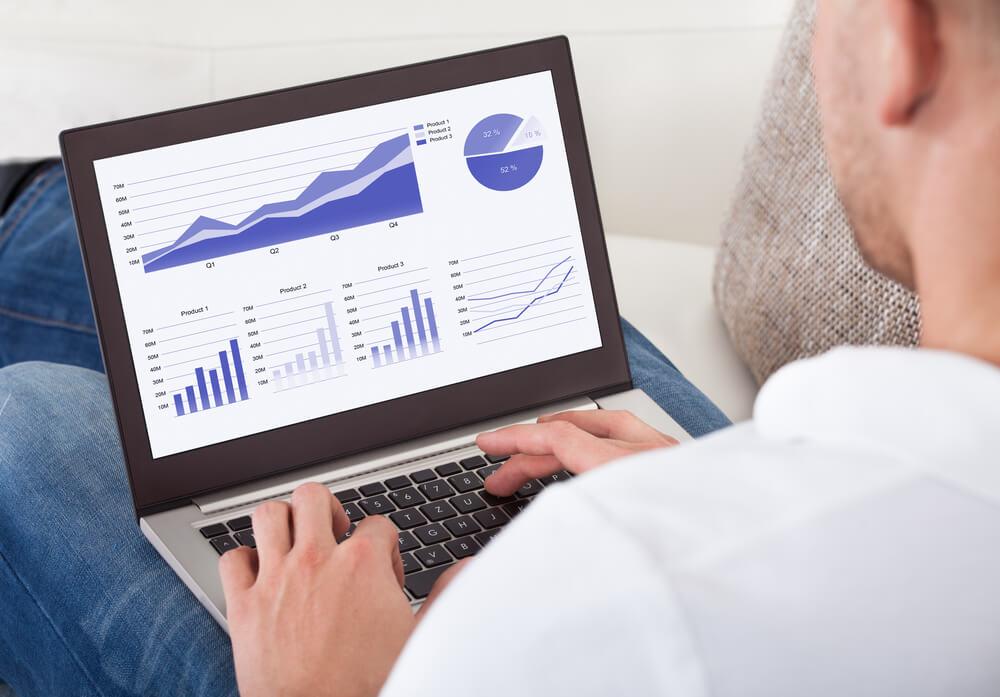Homem com computador analisando a confiabilidade de dados da sua empresa.
