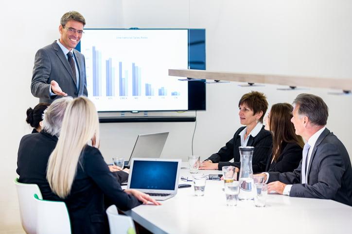 Pessoas conversando sobre como melhorar o sistema financeiro de uma empresa